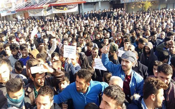 تظاهرکنندگان خشمگین، همچنین مسیر اصلی بین استانهای اربیل و کرکوک را مسدود کردند و خواهان سرنگونی دولت اقلیم کردستان شده و از حیدر العبادی، نخستوزیر عراق و پارلمان این کشور، خواستند برای حل این اوضاع وارد مداخله شوند.