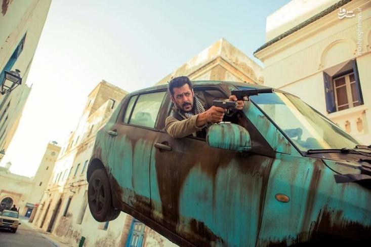 با شروع اکران جهانی فیلم «تایگر زنده است»، سلمان خان سوپر استار سینمای هند در فیلمی که روایت معکوس از واقعیت دارد، به تنهایی به پیکار داعش میرود و گروگانهای هندی را آزاد میکند.