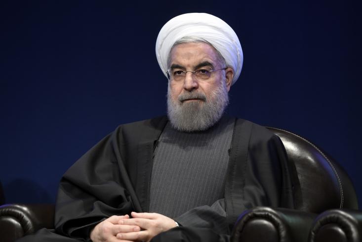 البته در این مورد روحانی با بنی صدر تفاوت هایی دارد. روحانی تاکنون منتقدین خود را مستکبر خطاب نکرده است. او تنها منتقدین دولت را «بزدل، ترسو، متحجر، بی سواد، بی شناسنامه و...» نامیده است و البته، در آخرین سخنرانی نیز ریشه مخالفت با دولت را «کمبود عقل» بیان کرده است.القابی که با توهین های بنی صدر متفاوت است!