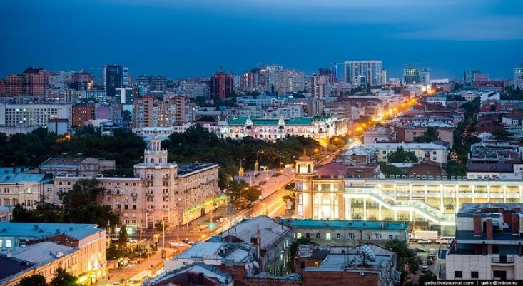 روستوف-نا-دونو در اوایل قرن بیستم که صنعتیترین شهر جنوب روسیه محسوب میشد، صحنه نبرد ارتش سفیدها و سرخها در خلال جنگ داخلی روسیه بود که در نهایت با پیروزی سرخها همراه بود. در زمان شوروی، بلشویکها دو نماد اصلی شهر روستوف-نا-دونو یعنی کلیسای سنت الکساندر نِفسکی و سنتجرج را ویران کردند.