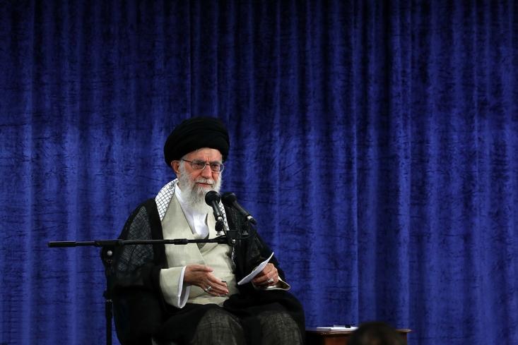اروپا باید متعهّد بشود که بحث موشک و حضور جمهوری اسلامی در منطقه را مطرح نخواهد کرد؛ این را باید قول بدهند. اینکه در هر برههای از زمان یک چیزی بگویند و مسئلهی موشک را به شکلهای مختلف مطرح کنند، اصلاً قابل قبول نیست. بایستی سران این سه کشور قول بدهند و قبول بکنند که مطلقا مسئلهی موشک را مطرح نخواهند کرد.