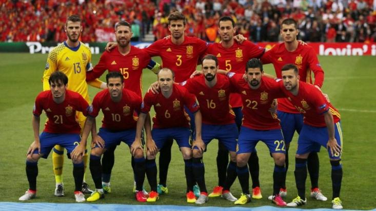 در یکی از بازی های تدارکاتی اخیر اسپانیا مقابل کاستاریکا، سرمربی کاستاریکا در خصوص اسپانیا گفته است: «آنها توپ را با یک ضرب به حرکت در می آورند و سرعت آن ها شیطانی است.» اسپانیا اگر می خواهد در جام جهانی موفق باشد باید این دو خصوصیت خود را به خوبی حفظ کند.