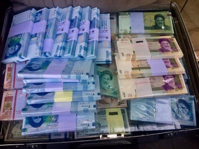 دفترهایی در سطح شهر تهران وجود دارند که بسیار راحت و بدون حتی پوشش خاصی مثل خرید و فروش ماشین، فقط و فقط پول نزول میدهند. برای پیدا کردن آنها حتی نیازی به گرفتن نشانی هم نیست، فقط کافی است در گوگل سرچ کنیم: «وام فوری روی سیمکارت و طلا!».