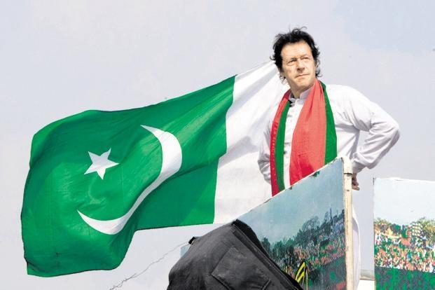این شخصیت سیاسی پاکستانی بر خلاف احزاب رقیب «مسلم لیگ» و «حزب مردم» که از پشتوانه خانوادگی و مالی فوقالعادهای برخوردار بودند، با سر دادن شعار «پاکستان جدید» وارد گود انتخابات شد. عمران خان در تمامی سخنرانیهای انتخاباتی خود تاکید میکرد که «ما پاکستانی متفاوت از دیروز میخواهیم. من از 22 سال پیش تاکنون در تقلا هستم. حالا فرصتی به دست آمده تا رؤیای خود را درباره کشورم پیگیری کنم. ما میخواهیم فقر را از بین ببریم و کارگران کشورمان را به زندگی بهتری سوق دهیم».