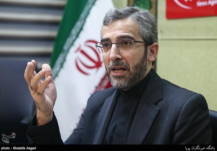 صالحی وزیر خارجه پیشنهادی آقای احمدی نژاد بود؛ اگر صالحی آن هم در یک کار به این مهمی تخلف کرده از نظر رییس جمهور و همچنان وزیر مانده است؟/  یک وقت یک کس دیگری بود می گفت آقا یک کس دیگری از یک جای دیگری دارد مذاکره می کند من هم قبول ندارم مثلا. ولی ایشان وزیر شما بود شما بگو آقا این کار را نکن. می گوید نه من می خواهم این کار را بکنم شما هم می نویسی بسمه تعالی عزل. چه طور مثلا یک وزیر خارجه را روی هوا عزل کردید این را روی زمین عزل می کردید کاری نداشت.