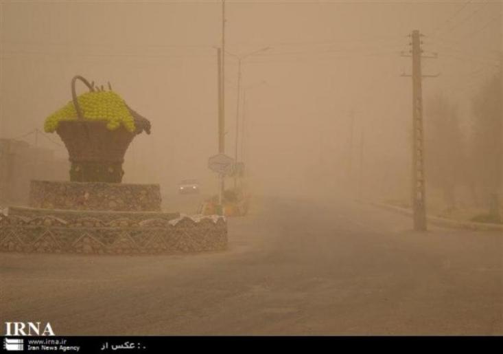 رئیس شبکه پایش هواشناسی سیستان و بلوچستان گفت: توفان گرد و خاک با سرعت 104کیلومتر بر ساعت غلظت ذرات معلق در هوای زابل را به 19 برابر حد مجاز رساند.