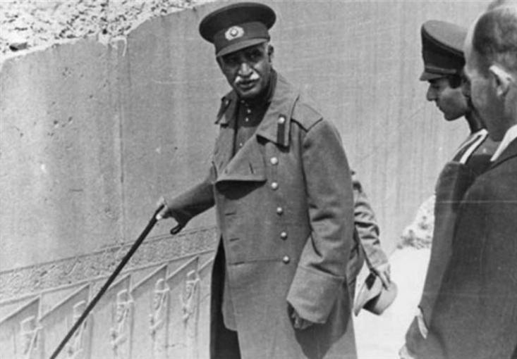 دوره دیکتاتوری پهلوی ها، پر است از سر به نیست کردن روزنامه نگاران و منتقدان دربار پهلوی، آن هم به شیوه های گوناگونی اعم از سوزاندن، دوختن دهان و قتل در دفتر کار و روش های مختلف دیگر