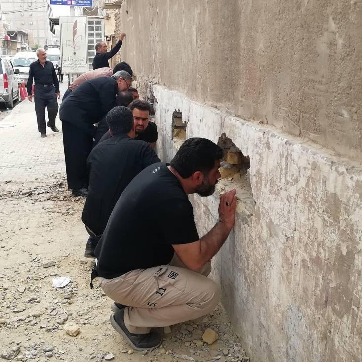 تحقیر و توهین به زائران ایرانی اربعین با بیتدبیری دولت، ابعاد جدیدی یافته و این بار زوار برای دریافت دینار عراق مجبور شدند از سوراخهای دیوار ارز دریافت کنند!