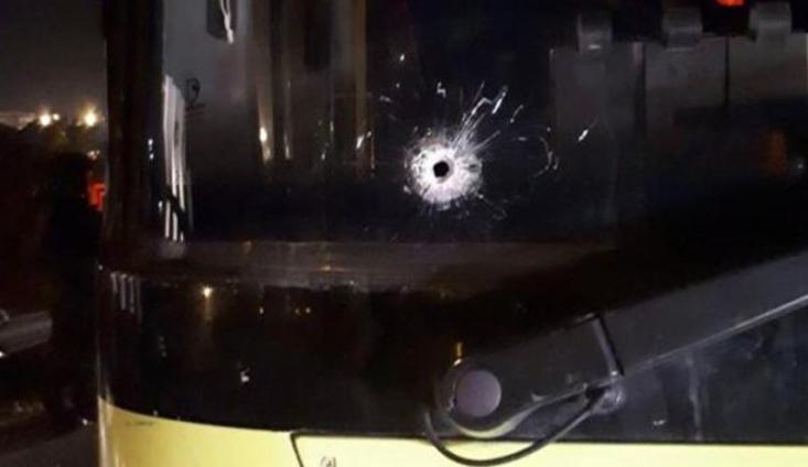 دو شهرک نشین صهیونیست دیشب چهارشنبه در تیراندازی به اتوبوس شهرک نشینان نزدیک رام الله در مرکز کرانه باختری مجروح شدند.