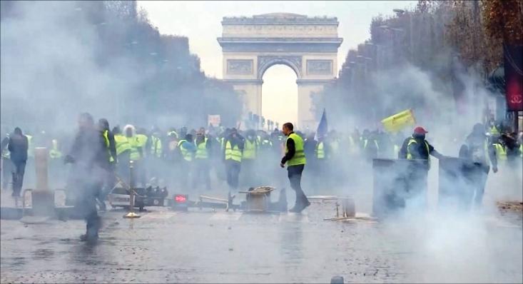 پاریس را دیگر در لفظ هم نمیتوان پایتخت فرهنگ اروپا و مهد دموکراسی و آزادی بیان نامید، چرا که پس از 3 سال برقراری حالت اضطراری در آن، حالا عملا تحت حکومت نظامی قرار گرفته است. خبرهایی که از پایتخت و دیگر شهرهای فرانسه میرسد شوکهکننده است. اسارت دستهجمعی دانشآموزان، سرکوب کارگران درمانده با همان شدتی که دژخیمان اسرائیلی با فلسطینیها برخورد میکنند، حبس خانگی رهبران احزاب چپ و راست مستقل که با وجود داشتن پایگاه اجتماعی گسترده توسط رسانههای اجیر شده دستگاه امنیتی فرانسه تندرو خوانده میشوند و ممنوعیت ورود توریستها و تعطیلی همه فعالیتهای فرهنگی و مدنی که پاریس به واسطه آنها پاریس بود... حال دیگر معلوم نیست شهری را که توسط دولت دستنشانده بانکدارها به سرکردگی خاندان روتشیلد اشغال نظامی شده باید چه نامید؟