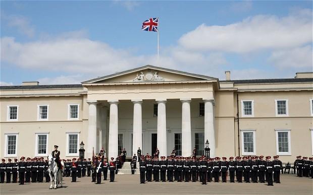 نخست وزیر لبنان هفته گذشته راهی لندن شد تا فرزند خود را در لباس افسری نظامی انگلیس ببیند و لیاقت خدمت رسانی به کشور انگلیس را به او تبریک بگوید!