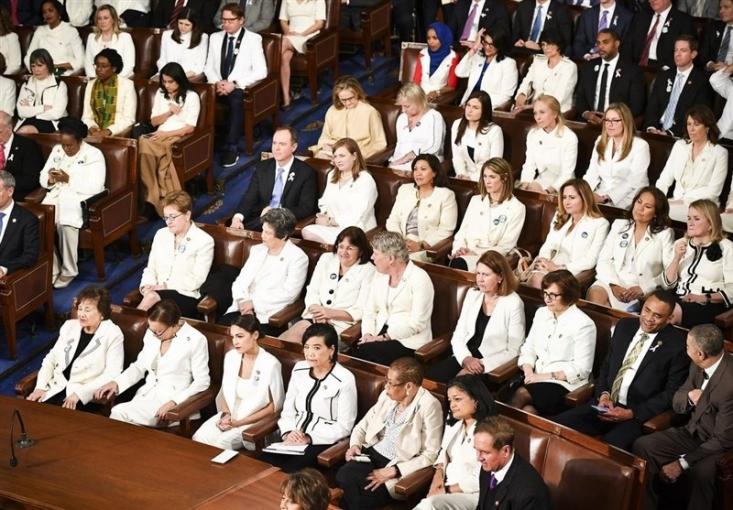تعداد زیادی از نمایندگان زن کنگره آمریکا در اقدامی هماهنگ که موجب جلب توجه رسانهها شد، با لباس یکدست سفید در مراسم سخنرانی سالانه رئیسجمهور کشورشان حضور یافتند.