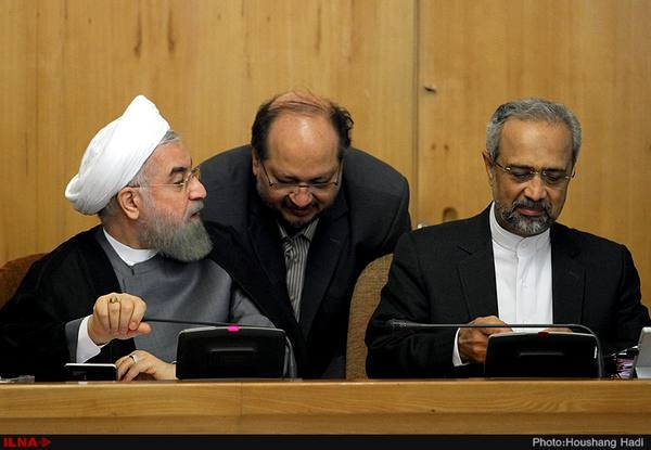دولت روحانی نشان داده که صلاحیت حفظ و ارتقای ذخایر ارزی و طلای کشور را ندارد. چه آنجا که با اعلام قیمت دستوری ارز 4200تومانی بیش از صدهزار میلیارد (یک چهارم بودجه کشور) را به باد داد و یا آنجا که با حراج سکه، ذخایر طلای کشور را تضعیف کرد. حالا در آخرین مورد او برای چندمین بار در پنج سال گذشته به دنبال دست اندازی به ارزهای صندوقی است که قرار بود سهم آیندگان از درآمد کنونی نفت را حفظ کند.