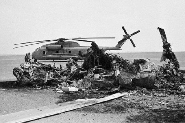 بکویث ناامید دست به کار میشود تا مأموریت را متوقف کند. خلبان هلیکوپتری که اول از همه به کویر شماره یک رسیده بود، اظهار نگرانی میکند که مبادا هلیکوپترها به اندازه کافی سوخت برای بازگشت به ناو نداشته باشند. بکویث به او پیشنهاد میکند که از یکی از سی - ۱۳۰ها سوختگیری کنند. «او از زمین بلند شد تا به سمت هواپیما برود و گرد و خاک وحشتناکی به راه افتاد. هلیکوپتر او با قسمت جلوی هواپیما برخورد کرد و همه چیز مثل یک گلوله آتش منفجر شد. فقط یک تصادف معمولی بود، مثل بقیه تصادفها».