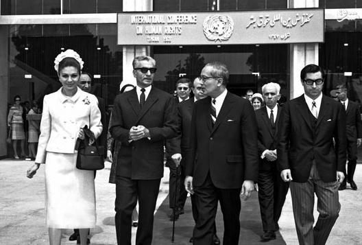 به عبارتی، سران پهلوی از ترس رویارویی و تقابل با انگلیس و برای جلب رضایت این کشورحاضر شدند تا بحرین که چندین قرن تحت حاکمیت ایران بود را از ایران جدا کنند.