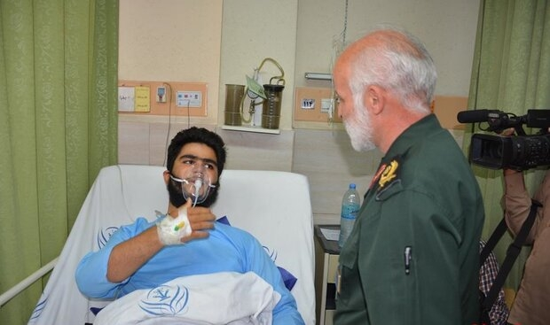 معاون اجتماعی سازمان بسیج از جوان مضروب ناهی از منکر در بیمارستان رسول اکرم (ص) عیادت کرد.