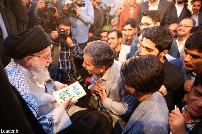 سرور رجایی، شاعر و پژوهشگر افغانستانی با خوشحالی میآید و میگوید بالاخره کتاب شرح حال شهدای افغانستانی ۸ سال جنگ تحمیلی را به آقا رساندم.