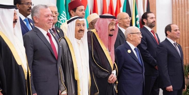 آنچه بیش از هر چیز پشت لبخندهای سران عرب در اجلاس مکه خود را نشان داد، اختلافات قطر با عربستان سعودی و رابطه گرم ریاض با ابوظبی بود اما کسی جز شاه سعودی، حاضر نشد صراحتا از ایران نام ببرد.