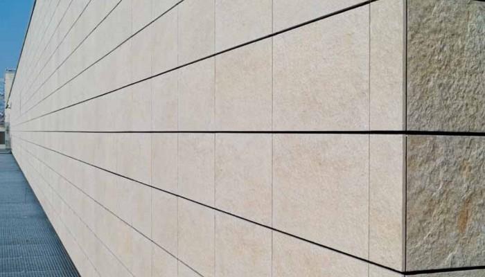 نمای سرامیک خشک جزو مصالح یا سرامیک هایی می باشد که به فول بادی معروف می باشند. سرامیک فول بادی به سرامیک های اطلاق می شود که میزان جذب رطوبت آن ها کمتر از یک درصد بوده و در نتیجه در برابر یخبندان مقاومت بسیار بالایی دارند.  یکی دیگر از مزیت های بسیار مهم نمای سرامیک خشک مقاومت شیمیایی بالا می باشد.