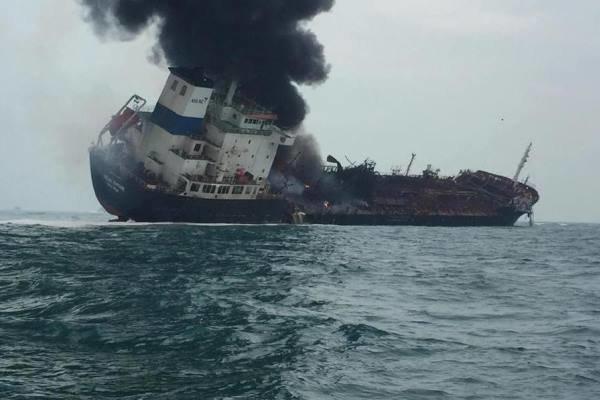 یک رسانه غربی با انتشار خبر انفجار دو نفتکش در دریای عمان، از تخلیه خدمه این دو نفتکش خبر داد.