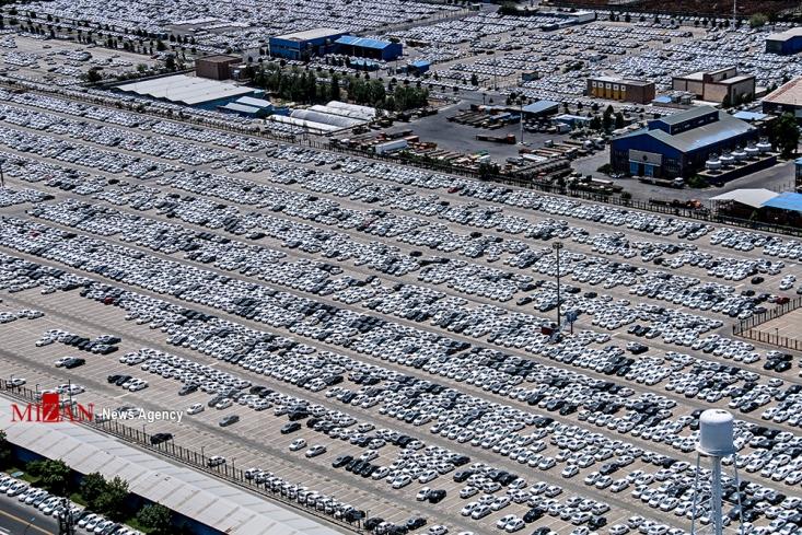 خودروسازان دلیل عدم تحویل این خودروها را کمبود و یا نقص قطعات عنوان میکنند و لازم به ذکر است که طبق آمارهای موجود، بیش از ۱۵۰ هزار خودرو در پارکینگهای دو خودروساز بزرگ متوقف شده است. کما اینکه دو روز قبل نیز، چند عکس هوایی از پارکینگهای ایران خودرو نیز منتشر شد که نشان از آن داشت این پارکینگها مملو از خودرو های آماده است!