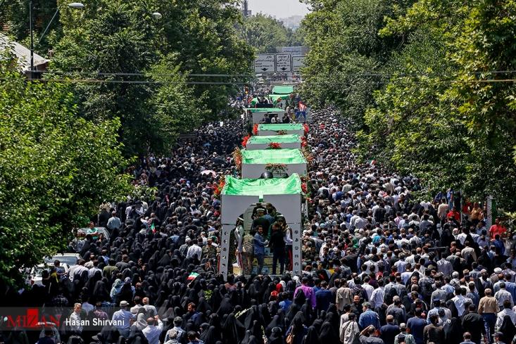 صبح خیلی زود میدان انقلاب تهران پر از جمعیت شده، مردم آرام آرام خود را از کوچهها و خیابانهای اطراف به اینجا رساندند و انتظار میکشیدند تا گامی دیگر با شهیدان همراه شوند. ۱۵۰ شهید تازه تفحصشده از کربلای ایران به فراز دست این مردم به معراج میروند.