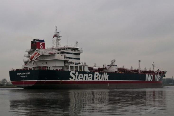 """یک فروند نفتکش  انگلیسی با نام """"stena impero"""" هنگام عبور از تنگه هرمز به علت رعایت نکردن قوانین و مقررات بین المللی دریایی بنا به درخواست سازمان بنادر و دریانوردی استان هرمزگان، توسط یگان شناوری منطقه یکم نیروی دریایی سپاه توقیف شد."""