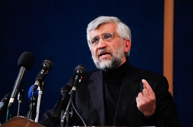 مکرون میگوید با ژست های کوچک ایران را باید به پای میز مذاکره برگردانیم و نه تنها در موضوع هستهای بلکه در سایر موارد نظیر موشکی و منطقه با آنها گفتگو کنیم. او خود اعلام میکند که تنها فرق ما با آمریکا در برابر ایران اینست که ما برای نرم کردن طرف مقابلمان ژست های کوچک  میگیریم!