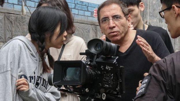 مخملباف حالا بعد از گذشت بیش از سه دهه فیلمسازی، هنوز «حزب باد»ترین فیلمساز تاریخ ایران به حساب میآید؛ فیلمسازی که با دغدغهیِ حلالیتِ لطفعلی خان در «توبه نصوح» کار خود را شروع کرد و بعدها به «سکس و فلسفه» رسید. او مدتیست که به چین رفته تا با کمک کارگردانان جوان این کشور، فیلمی درباب مشکلات خانوادگی در چین مدرن بسازد!
