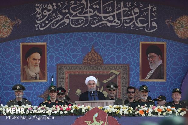 مراسم رژه نیروهای مسلح همزمان با ۳۱ شهریور آغاز هفته دفاع مقدس در جوار مرقد بنیانگذار انقلاب اسلامی و با حضور رئیس جمهور آغاز شد.