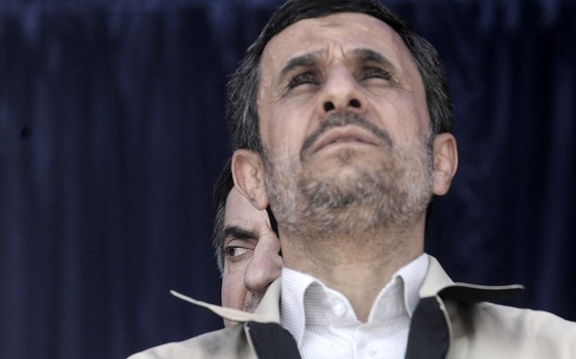 احمدی نژاد گویا حرمت صاحب رسانه را هم نگاه داشته و انتقادی را به جنایتهای رژیم سعودی در یمن و منطقه نکرده است.