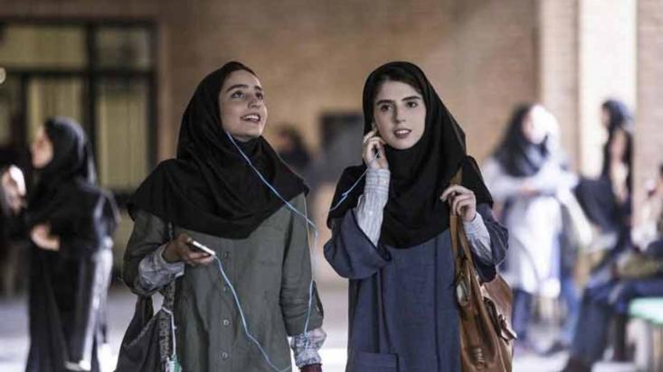 فیلم «سال دوم دانشکده من» قصد دارد برشی از زندگی دانشجویی چند دختر و احوالات شخصی آن ها را به تصویر بکشد اما به غایت خواستهها و نیازهای جامعهی دانشجویان را به ابتذال میکشاند.