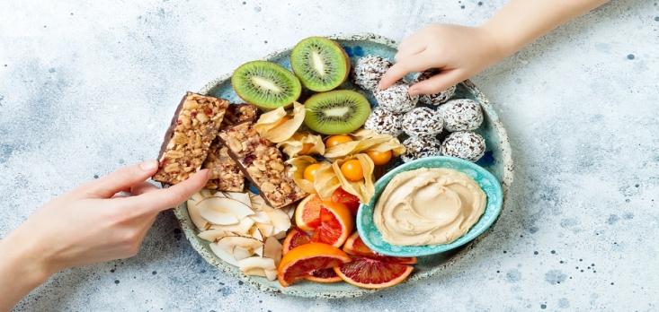 محققان میگویند بهتر است به جای اینکه در طول روز چند وعده غذایی سنگین داشته باشید، تعداد میان وعدههای سبک و سالم را بیشتر کنید. اگر شما هم عصرها احساس میکنید دلتان ضعف میرود و گرسنه میشوید، خوب است با بعضی از انواع میان وعدههای سالم و خوشمزه آشنا شوید.
