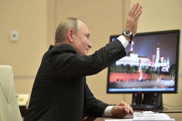 عکس هایی که تیم ریاست جمهور روسیه منتشر کرده نشان می دهد ولادیمیر پوتین در رایانه های خود در خانه و محل کارش همچنان از ویندوز «ایکس پی» استفاده می کند که سال ۲۰۱۴ منسوخ شده است.