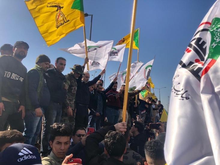 هزاران عراقی امروز در بغداد در مراسم تشییع پیکر شهدای حمله آمریکا به مقر نیروهای الحشد الشعبی حضور یافتند و با شعارهای ضدآمریکایی مقابل سفارت این کشور، خواستار اخراج اشغالگران از عراق شدند.