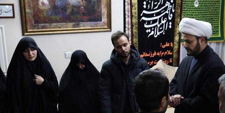 شیخ اکرم الکعبی با حضور در منزل سپهبد شهید حاج قاسم سلیمانی با بیان اینکه جبهه مقاومت بزودی انتقامی سخت از عاملان این اقدام تروریستی میگیرد، به دختر وی قول داد عراق دیگر برای آمریکاییها، مزدوران و دوستداران آنها امن نخواهد بود.