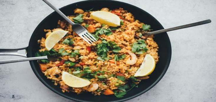 برنج مادهی غذایی با ارزشی است قدمت تاریخی دارد. این ماده از گروه غلات بوده و غذای بخش قابل توجهی از جمعیت جهان به ویژه آسیا است. شاید برایتان جالب باشد که تاکنون هزار نوع برنج در جهان کشف شده اما برنج سفید، برنج قهوهای و برنج قرمز رایجترین نوع برنج به شمار میآید. این مادهی خوش طعم و خوش عطر  قوت غالب و عضو جدانشدنی سفرهی ایرانیان است و طرفداران زیادی دارد. یکی از بهترین انواع برنجی که در ایران کشت میشود، برنج هاشمی است که بوی مطبوع و طعم بسیار لذیذی دارد.