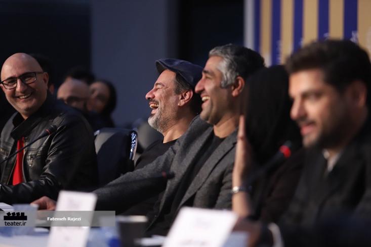 بازیگران و کارگردانانی که جشنواره را تحریم کرده بودند  وقتی نتوانستند از عکس، میکروفن و فرش قرمز جشنواره بگذرند، تصمیم گرفتند که به جای انصراف از جشنواره، با لباسهای سیاه در نشستهای خبری فیلمهایشان شرکت کنند.