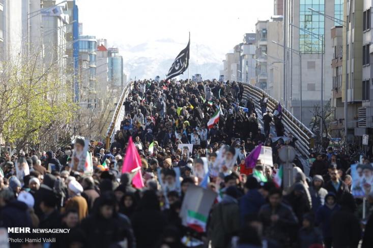 از ساعات اولیه ۲۲ بهمن، با توجه به شدت سردی هوا، هموطنانمان به خیابان ها آمده اند تا نشان دهند، سیاست تهدید و تحریم اثر نداشته و وقتی پای عزت و امنیت کشور در میان باشد تن به سازش نخواهند داد.