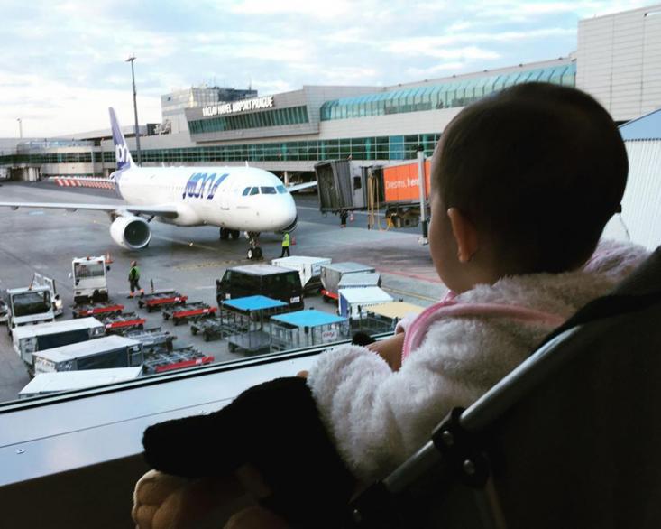 کودکان نیز ممکن است همچون مسافران بزرگسال به دلایل مختلفی از پرواز با هواپیما بترسند. البته این ترس در ردههای سنی کمتر، اغلب آگاهانه نیست و والدین راحتتر میتوانند آن را کنترل کنند.