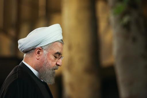 آقای روحانی یکبار می گوید «با شعارهای توخالی نمی شود مقابل ابرقدرتها بایستیم» و بار دیگر در تناقضی آشکار می گوید «تا زمانیکه جلوی ابرقدرتها خودمان را ببازیم، پُررو میشوند».