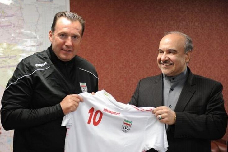 قرارداد ویلموتس با فدراسیون فوتبال ایران توسط یک شرکت نقل و انتقالاتی  متعلق به فردی به نام «فالی رمضانی» که با مربیان مطرحی همچون مائوریتسیو ساری، آنتونیو کونته، مائوریتسیو پوچتینو همکاری میکند، منعقد شده است.