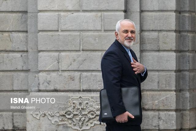 ظریف به جای عذرخواهی از مردم در عدم رسیدن برجام به نقطه هدف و عمل به قول هایش در قامت یک قهرمان دیپلماسی در صحن علنی مجلس حاضر شد.