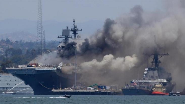 با گذشت نزدیک به سه روز از انفجار و آتشسوزی مهیب در کشتی جنگی آمریکایی، این ناو همچنان در آتش میسوزد و علت آن هنوز مشخص نشده. به گفته مقامات نیروی دریایی آمریکا جهنمی از آتش در زیر کشتی در حال شعله کشیدن است.