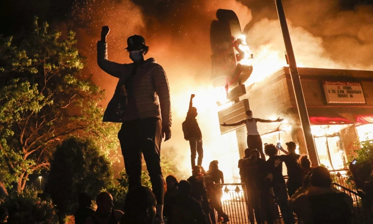 طی روزهای گذشته اعتراضات گسترده علیه نژادپرستی و خشونت پلیس، در پورتلند (ایالت اورگن) با وجود تشدید سرکوبها همچنان ادامه داشته و درگیریها بین دو طرف تبدیل به یک جنگ تمام عیار خیابانی شده است.