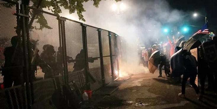 دولت آمریکا در فجیعترین شکل ممکن و جلوی دوربینها مشغول خلق «جهنم» در شهرهایی است که معترضان حضور دارند. انتشار تصاویر جدید از جراحات و آسیبهای وارده به معترضان در پورتلند نشان می دهد تظاهرات در این شهر شباهت بسیاری به جنگ شهری دارد.