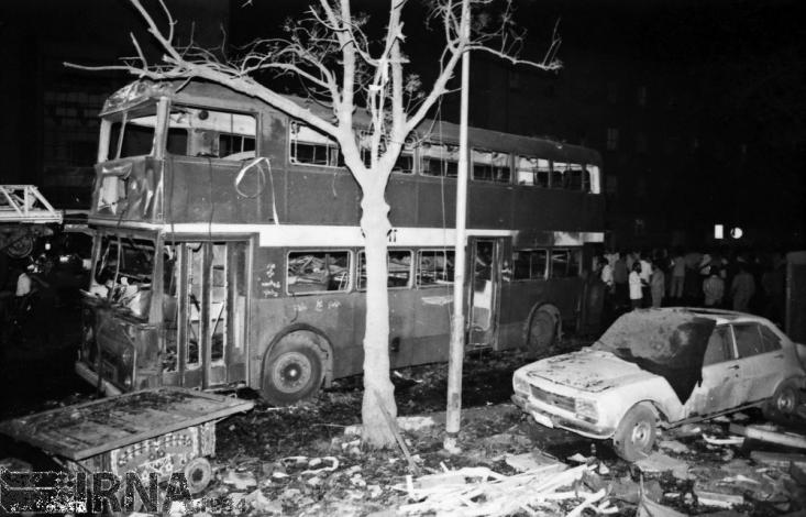 در ساعت ۱۹:۳۰ روز ۱۵شهریور ماه سال ۱۳۶۱در اقدامی تروریستی، گروهک منافقین با انفجار بمب در خیابان خیام تهران دهها تن از هموطنان را کشته و زخمی کردند.
