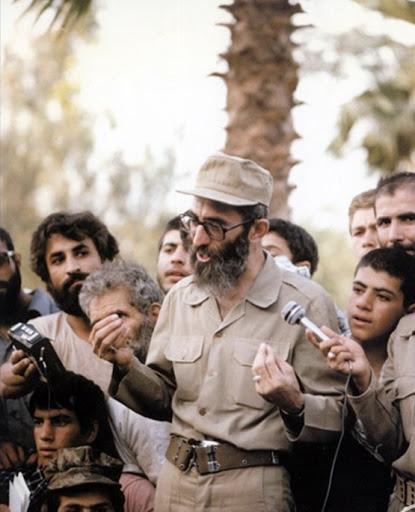 «در لباس سربازی» روایتی ویژه از حضور رهبر انقلاب اسلامی در جبههها از نخستین روزهای آغاز جنگ تحمیلی تا ترور ایشان در تیرماه سال ۶۰ است.