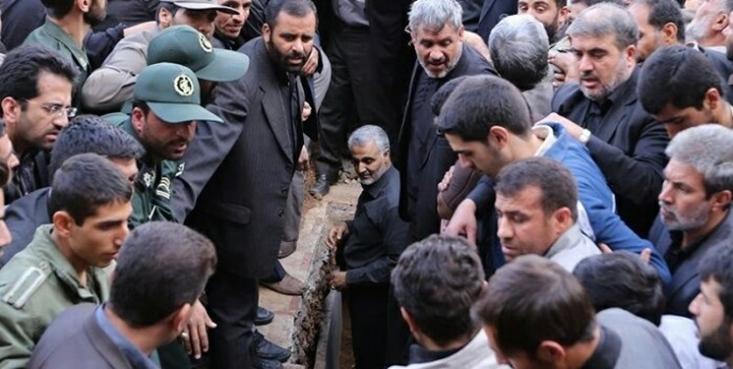 این عکس را شاید بارها و بارها دیده باشید. عکسی که در آن سردار شهید «حاج قاسم سلیمانی» به درون قبر رفته و با دستان خودش یکی از شهدای مدافع حرم را به خاک میسپرد.