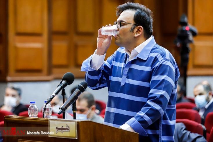 قاضی مسعودی مقام خطاب به متهم امامی گفت: شما میتوانید دفاعیات خود را مطرح کنید؛ به طور مثال بگویید که علیه من سندسازی شده است، اما نمیتوانید کلی گویی کنید؛ پرونده قضات متعدد داشته و آقای قهرمانی به عنوان نماینده دادستان باید از کیفرخواست دفاع کند.